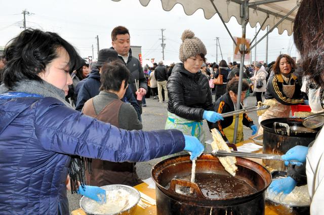 キスやタチウオなどの天ぷらの振る舞いに、大勢の人たちが列を作った=南あわじ市灘土生