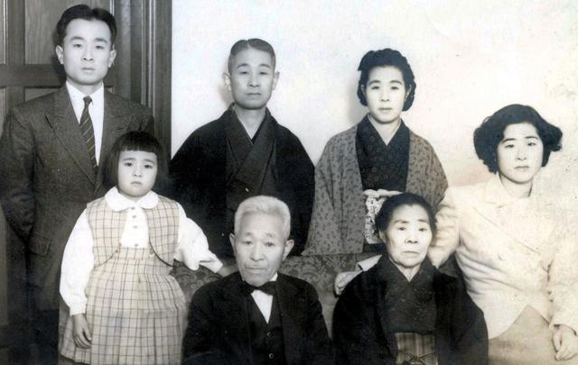 原爆体験記を書いたころの相原勝雄さん(後列の左から2人目)と次女の和子さん(手前の左端)=和子さん提供