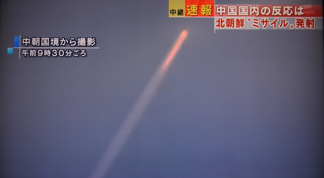 中朝国境から撮影された北朝鮮の「ミサイル」と見られる航跡=テレビ朝日のニュースより