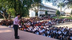 スリサワット高校の朝礼で講和するボーイ医師