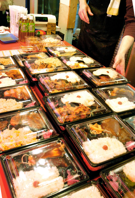 店頭に並ぶ270円弁当。昼時になると、客の姿が絶えない=名古屋市