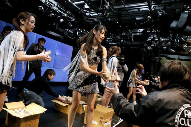 ライブ中に地震が起きたという想定の訓練では、アイドルグループが水などを客に配った=8日午前9時19分、東京・秋葉原、時津剛撮影