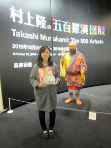 20万人目の貫真由さん(19)。後ろに展示されているのは「村上羅漢ロボ」=東京・六本木の森美術館