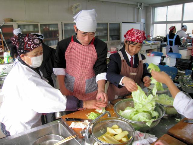 指導を受けながら野菜を切る生徒たち=天草市倉岳町棚底