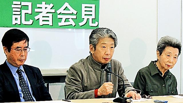 記者会見する小森陽一・東京大教授(中央)ら=参院議員会館