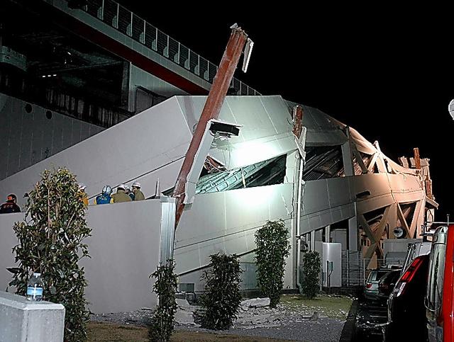 駐車場のスロープが倒壊したコストコ多摩境店=2011年3月11日夜、東京都町田市