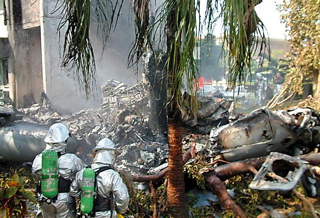 普天間飛行場のヘリコプターが沖縄国際大学に墜落した現場。機体は炎上し、原形をとどめない=2004年8月13日、沖縄県宜野湾市