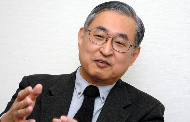 インタビューに答える池尾和人・慶大教授=東京都港区、久保智撮影
