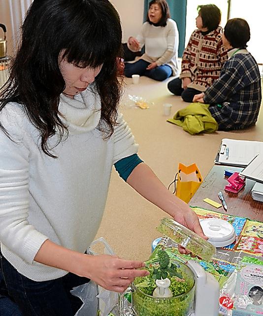 食材をミキサーにかけてから放射性物質の濃度を測る。末続地区の住民にとって、測定中は貴重な語らいの時間だ=福島県いわき市