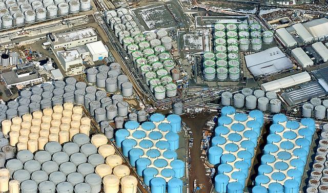 東京電力福島第一原子力発電所の敷地内に林立する汚染水タンク=3日午後、福島県大熊町、本社ヘリから、仙波理撮影
