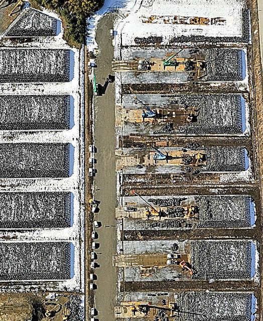 除染廃棄物が積み上げられた仮置き場=福島県富岡町、本社ヘリから、仙波理撮影