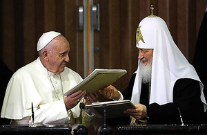 12日の会談後、共同宣言に署名したフランシスコ法王(左)とキリル総主教=AFP時事