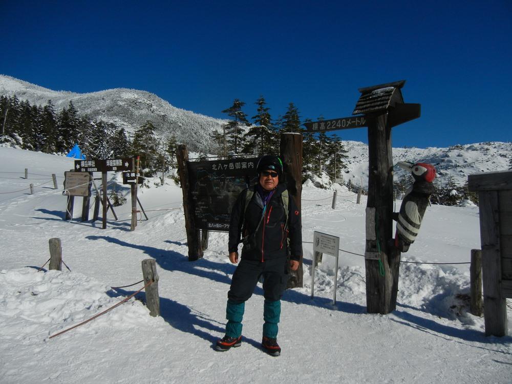 山頂駅前で。スキー用のヘルメットをレンタルして北横岳に挑んだ