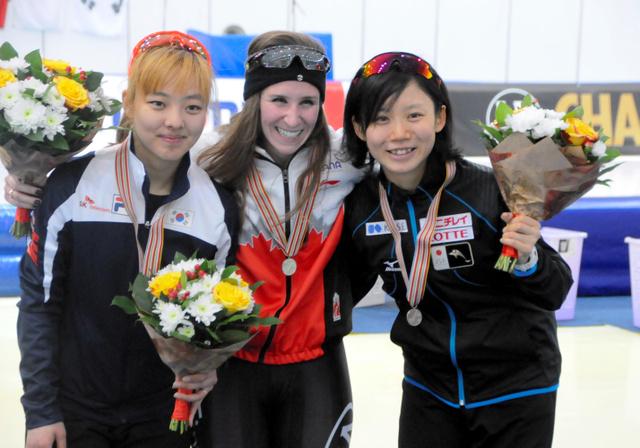 写真・図版 女子マススタートで銅メダルを獲得した高木美帆(右)=ロシア・コロムナ、河野正樹撮影
