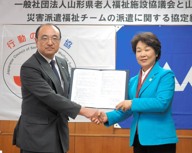 協定を結んだ県老人福祉施設協議会の峯田会長(左)と吉村知事=県庁