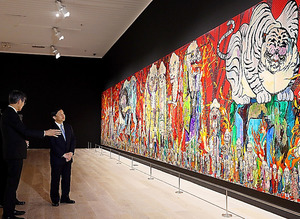 「村上隆の五百羅漢図展」を鑑賞する皇太子さま=16日午後6時21分、東京都港区、池永牧子撮影