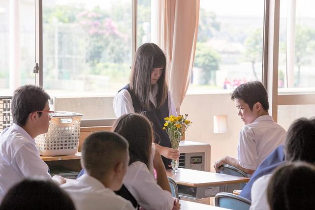 写真・図版 亡くなった中学生の机に花を飾る場面=アイエス・フィールド提供 前へ 次... いじめ