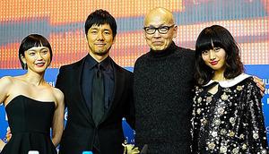 記者会見に参加した(右から)忽那汐里、ウェイン・ワン監督、西島秀俊、小山田サユリ