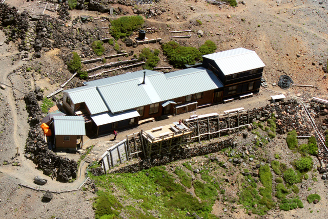 噴石対策で屋根を補強する五の池小屋=昨年7月、下呂市提供