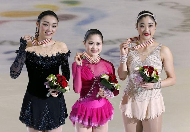 メダルを手にする優勝の宮原知子(中央)、2位の長洲未来(右)、3位の本郷理華(左)=EPA時事