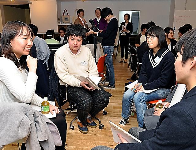 若者が選挙に行かない理由を、班ごとに話し合う参加者