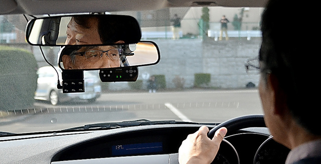 <安全のために> NPO法人「高齢者安全運転支援研究会」と東京工業大が、認知症ではなく基本的な日常生活は保たれているが、認知機能低下がある「軽度認知障害」(MCI)の高齢者を対象に運転調査をしている。注意点を知って安全運転を続けてもらう狙い。昨年12月、神奈川県の教習所で、頭に小型カメラを付けて運転傾向を調べた。3月中に報告書にまとめる=仙波理撮影
