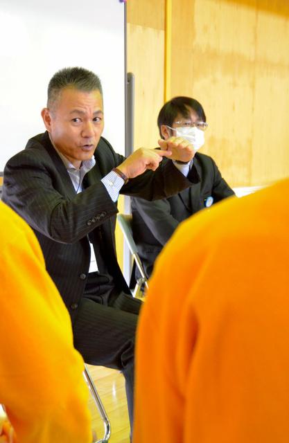 受刑者に話をするヒューマンハーバーの山川副社長(左)=美祢市