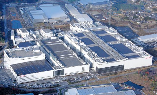 新たに設備強化するシャープの亀山工場。手前の左側が第1、右側が第2工場=三重県亀山市