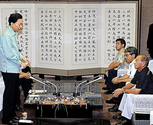 鳩山由紀夫首相(左)は仲井真弘多・沖縄県知事(右、いずれも当時)と会談、米軍普天間飛行場の名護市辺野古沖への移転を表明し、陳謝した=2010年5月23日、沖縄県庁、代表撮影