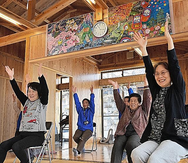 全町避難が続く大熊町など4町の住民が住む復興公営住宅では、地域に溶け込めるよう定期的に交流会が開かれる。壁には住民が作ったちぎり絵がはられていた=19日、福島県いわき市