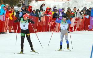 ジャンプ成年男子Bで優勝した永井健弘選手(左)はノルディック複合でも2位に入った。右は3位の兄永井陽一選手=22日、八幡平市の田山クロスカントリーコース