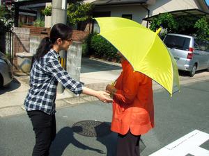 認知症の人が行方不明になった想定の模擬訓練。見つけた住民が声をかけた=2013年9月、福岡県大牟田市