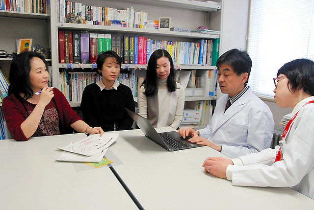 遺伝カウンセラー養成講座について話す学生ら=札幌市中央区の札幌医科大学