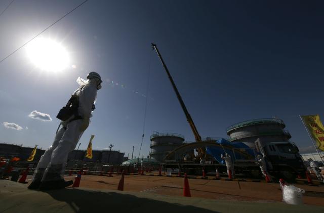 汚染水タンクの解体作業を進める作業員ら=19日午後1時33分、福島県大熊町、杉本康弘撮影