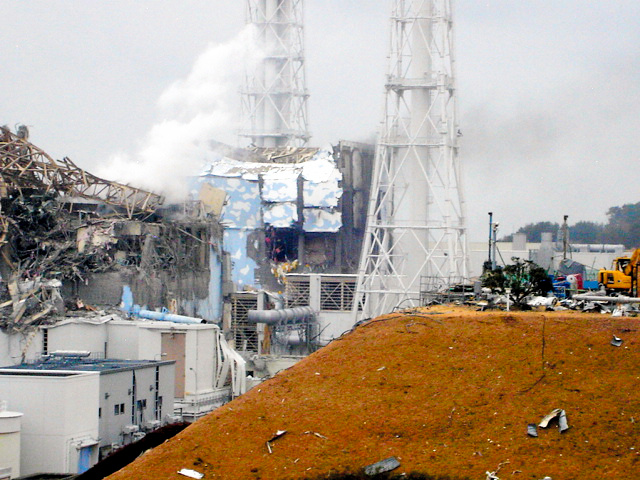 福島第一原発の4号機(奥)と3号機(左手前)=2011年3月15日、東京電力が公表