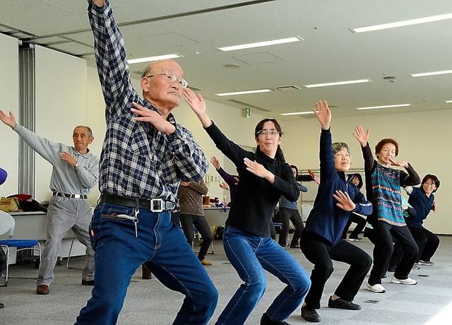 浪江町の避難者らは健康維持の取り組みとして県内6カ所で月1回、運動の会を開く=2月10日、福島市のコラッセふくしま、茶井祐輝撮影