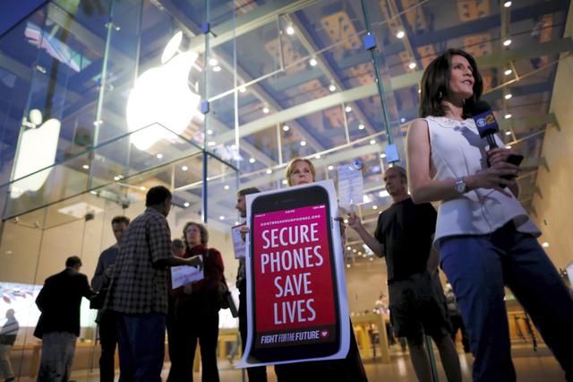 米カリフォルニア州で23日、ロック解除を拒否しているアップルを支持するため、同社の店頭に集まった人たち=ロイター