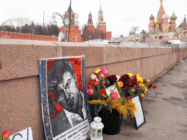 ネムツォフ氏暗殺から1年になるのを前に、赤の広場とクレムリンに臨む現場には、肖像や花が供えられている=26日、モスクワ、駒木明義撮影