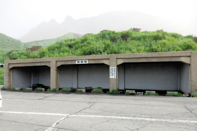 阿蘇山登山口にある退避壕=熊本県阿蘇市、九州管区行政評価局提供