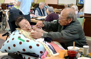 八巻力さん(右)は毎日、特別養護老人ホームかわうちに入所中の妻ユキ子さんを訪ねる。食の細い妻にできるだけ食べさせようと工夫を重ねる=福島県川内村