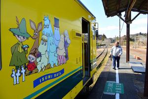上総中野駅に停車中のムーミン列車と川田光浩さん。いすみ鉄道と小湊鉄道は側線ではあるが、線路はずっとつながっている=千葉県大多喜町堀切