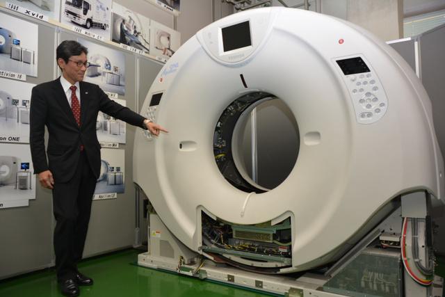 東芝メディカルシステムズの「320列CT」。空洞の中に寝台が入っていき、X線で体の断面を撮る=栃木県大田原市