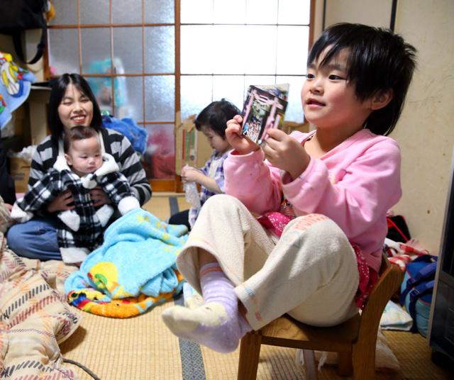 自宅の一室で過ごす下沢悦子さん親子。震災当日に生まれたさくらちゃん(右)には妹と弟ができた=岩手県宮古市、林敏行撮影
