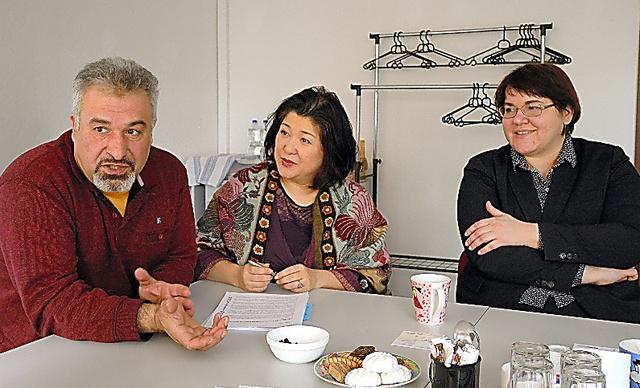 「模擬投票」に期待するシリア出身のマジン・アリさん(左)と、ラムザのラリッサ・ワルナーさん(右)。中央はラムザの広報を担当する在住日本人の貝山美夏さん=デッサウ、玉川透撮影