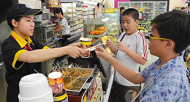 ミニストップでおでんを買うベトナムの子ども=2015年12月、佐々木学撮影