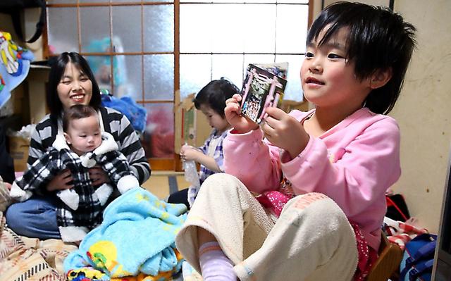 自宅の一室で過ごす悦子さん親子。震災当日に生まれたさくらちゃん(右)には妹と弟ができた=岩手県宮古市、林敏行撮影