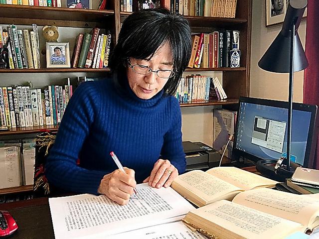 「青空文庫」のテキストデータづくりをする富田晶子さん=横浜市