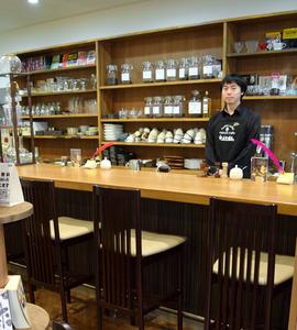 英国調にしつらえた謎屋珈琲店の郷司峰義さん=金沢市安江町