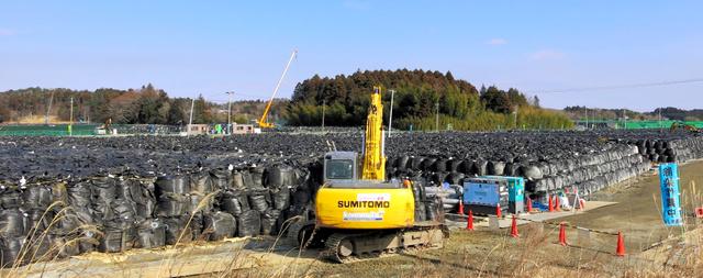 国道6号沿いに除染で出た汚染土などを入れたフレコンバッグが積み上がっていた=2月8日、福島県富岡町