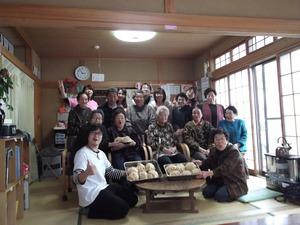 「おらほの家」に集う牡鹿半島の住民とスタッフ=野津裕二郎さん提供